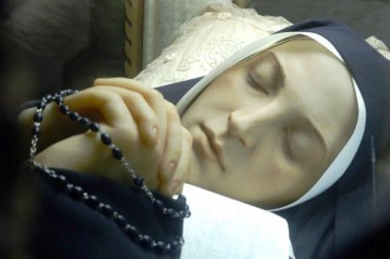 Le-corps-intact-de-Sainte-Bernadette-e1427491832910